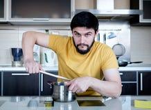 Bärtiger Mann in der Küche Stockfotos