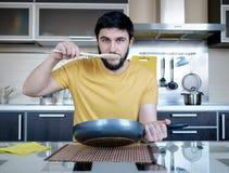 Bärtiger Mann in der Küche Stockfotografie