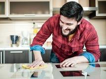 Bärtiger Mann in der Küche Lizenzfreie Stockfotografie