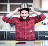 Bärtiger Mann in der Küche Stockfoto