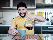 Bärtiger Mann in der Küche Lizenzfreies Stockfoto