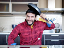 Bärtiger Mann in der Küche Lizenzfreie Stockfotos