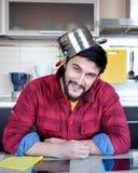 Bärtiger Mann in der Küche Lizenzfreies Stockbild