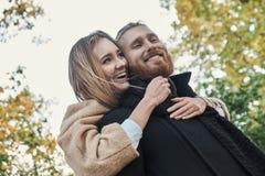 Bärtiger Mann der Rothaarigen, der nette blonde Frau umarmt Lizenzfreie Stockfotos