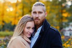 Bärtiger Mann der Rothaarigen umarmt die nette blonde Frau Lizenzfreie Stockfotografie