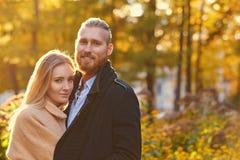 Bärtiger Mann der Rothaarigen umarmt die nette blonde Frau Lizenzfreies Stockfoto