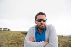 Bärtiger Mann in der Sonnenbrille mit den ernsten Gesichtsfaltenhänden Lizenzfreie Stockfotografie