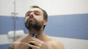 Bärtiger Mann, der Trimmer rasiert stock video