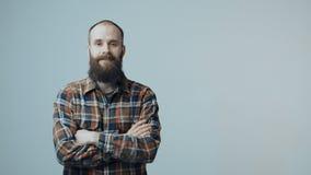 Bärtiger Mann des überzeugten Hippies stock video