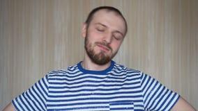 Bärtiger Mann des Porträts, der den Kopf link und recht dreht Handeln, Übung für den Hals verstärkend stock footage