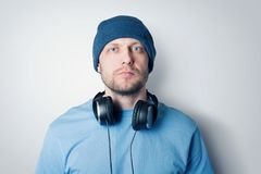 Bärtiger Mann des Porträts im Hut und mit Kopfhörern stockfotos