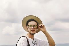 Bärtiger Mann des stilvollen hübschen Hippies mit Hut und Gläser und Inspektion Stockfotografie