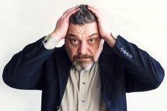Bärtiger Mann hält seinen Kopf mit beiden Händen probleme Zeitmangel Gehen nicht Geschäft Stockbilder
