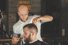 Bärtiger Mann im Friseursalon Stockfoto