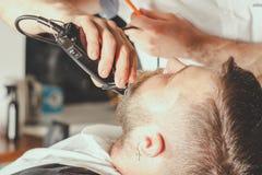 Bärtiger Mann im Friseursalon Stockfotografie