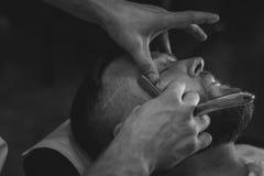Bärtiger Mann im Friseursalon Stockfotos