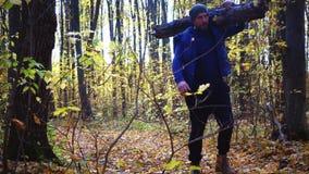 Bärtiger Mann im Herbst im Wald mit einer Axt stock video footage
