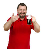 Bärtiger Mann lädt Sie ein, ein dunkles Bier zu essen Lizenzfreie Stockfotografie
