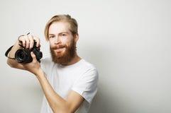 Bärtiger Mann mit einer Digitalkamera Stockfoto