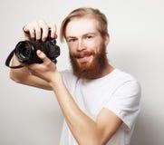 Bärtiger Mann mit einer Digitalkamera Lizenzfreies Stockbild