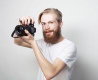 Bärtiger Mann mit einer Digitalkamera Lizenzfreie Stockbilder