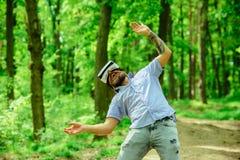 Bärtiger Mann mit Gläsern der Bartabnutzung VR auf sonnigem im Freien Bärtiger Mann mit beweglicher Gerätreise im Sommerwald lizenzfreies stockbild
