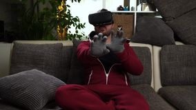 Bärtiger Mann mit speziellen Handschuhen und rotes Gesamtspiel VR oder Glasspiel der virtuellen Realität stock video
