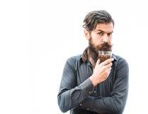 Bärtiger Mann mit Whisky Stockfoto