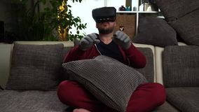 Bärtiger Mann setzte spezielle graue Handschuhe und schwarzes Spiel der VR-Kopfhörer- und Spielvirtuellen realität stock video
