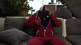 Bärtiger Mann setzte spezielle Handschuhe und Gläser und spielt VR oder Spiel der virtuellen Realität stock footage