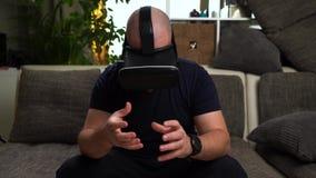 Bärtiger Mann in T-Shirt Spiel VR oder im Glasspiel der virtuellen Realität stock video footage