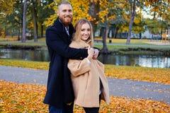 Bärtiger Mann umarmt die nette blonde Frau Stockbild