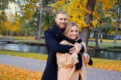 Bärtiger Mann umarmt die nette blonde Frau Stockfotos