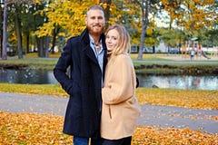 Bärtiger Mann umarmt die nette blonde Frau Lizenzfreie Stockfotografie