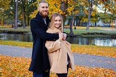 Bärtiger Mann umarmt die nette blonde Frau Stockfoto
