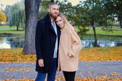 Bärtiger Mann umarmt die nette blonde Frau Lizenzfreie Stockfotos