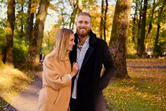 Bärtiger Mann umarmt die nette blonde Frau auf dem Datum Stockbilder