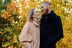 Bärtiger Mann umarmt die nette blonde Frau auf dem Datum Lizenzfreies Stockfoto