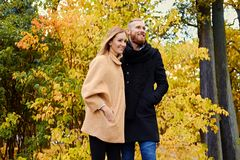 Bärtiger Mann umarmt die nette blonde Frau auf dem Datum Lizenzfreie Stockfotos