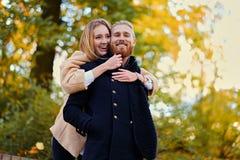 Bärtiger Mann umarmt die nette blonde Frau auf dem Datum Stockfotografie