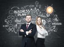 Bärtiger Mann und Frau nahe Unternehmensplan Lizenzfreies Stockbild
