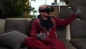 Bärtiger Mannc$vr-kopfhörer und Spiel der Spielvirtuellen realität stock video footage
