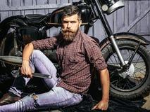 Bärtiger Mannhippie-Radfahrer Stockfotografie