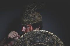 Bärtiger Mannkrieger mit Metallsturzhelm und Schild, wildes Viking Lizenzfreies Stockbild