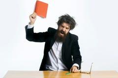 Bärtiger Mannlehrer bei Tisch Lizenzfreies Stockfoto