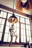 Bärtiger Musiker, der die beige Hose sich fühlt aktiv trägt, Rock spielend stockfotos