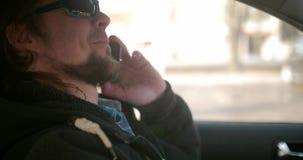 Bärtiger Nordmann, der am Telefon im Auto spricht stock video footage