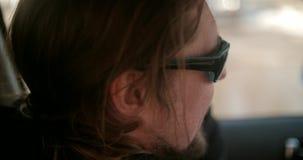 Bärtiger Nordmann, der am Telefon im Auto spricht stock video