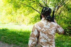 Bärtiger Soldat mit einem Gewehr im Wald Lizenzfreies Stockbild