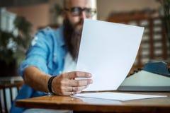 Bärtiger stilvoller Verfasser, der seinen Roman liest stockfotografie